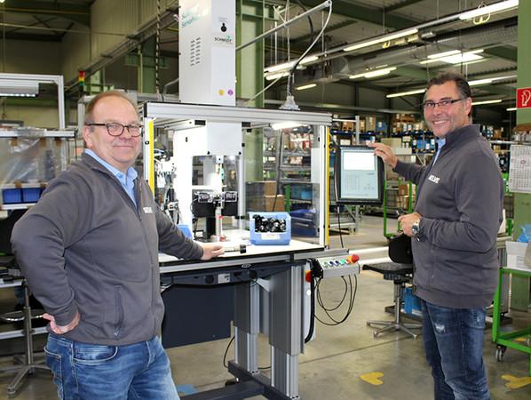 Bernd Vinken (l.) und Projektleiter Marc Solzbacher fokussieren bei jedem Arbeitsschritt und allen Fertigungsabläufen das ineinandergreifende, große Ganze. Foto: © Selve