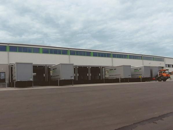 Die neue Halle ist mit zwölf Verladerampen bestens für einen reibungslosen Versand ausgestattet. Mit firmeneigenen LKWs werden die Bauelemente an Kunden in ganz Deutschland geliefert und per Spedition ins europäische Ausland. Foto: © Kneer-Südfenster