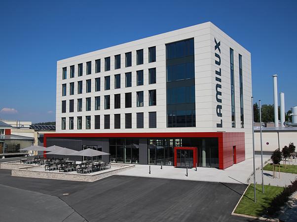 Das Lamilux Verwaltungsgebäude im oberfränkischen Rehau – dem Stammsitz des Familienunternehmens. Foto: © Lamilux