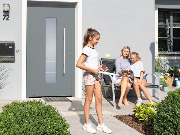 Die Aluminium-Haustür ThermoSafe mit serienmäßiger RC 3 Sicherheitsausstattung wird in verschiedenen Aktionsfarben und -größen im Rahmen der EuropaPromotion angeboten. Foto: © Hörmann