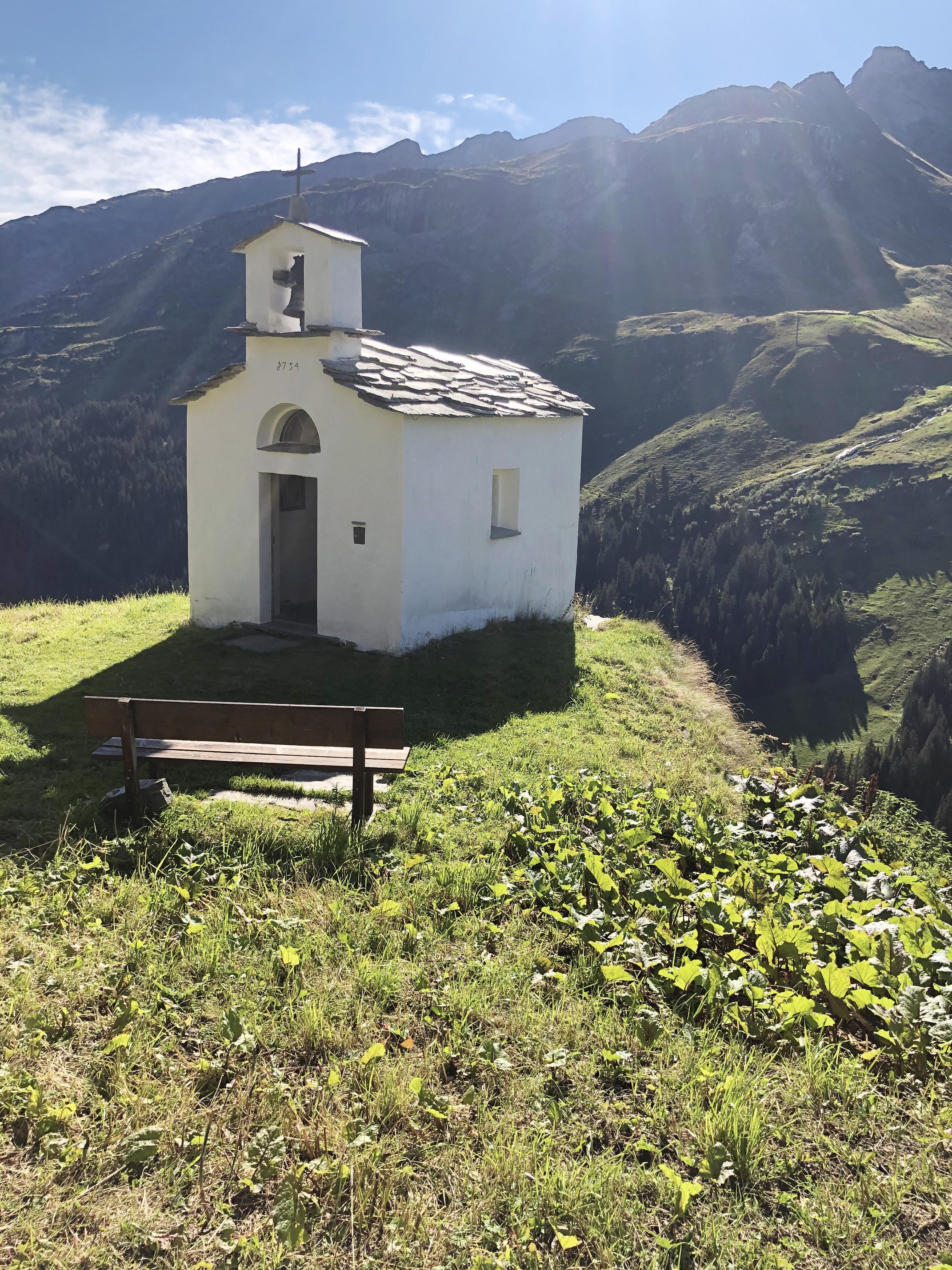 Die kleine Kapelle St. Anna. Erbaut auf einem Felsvorsprung. Foto: © Brigitte Klefisch