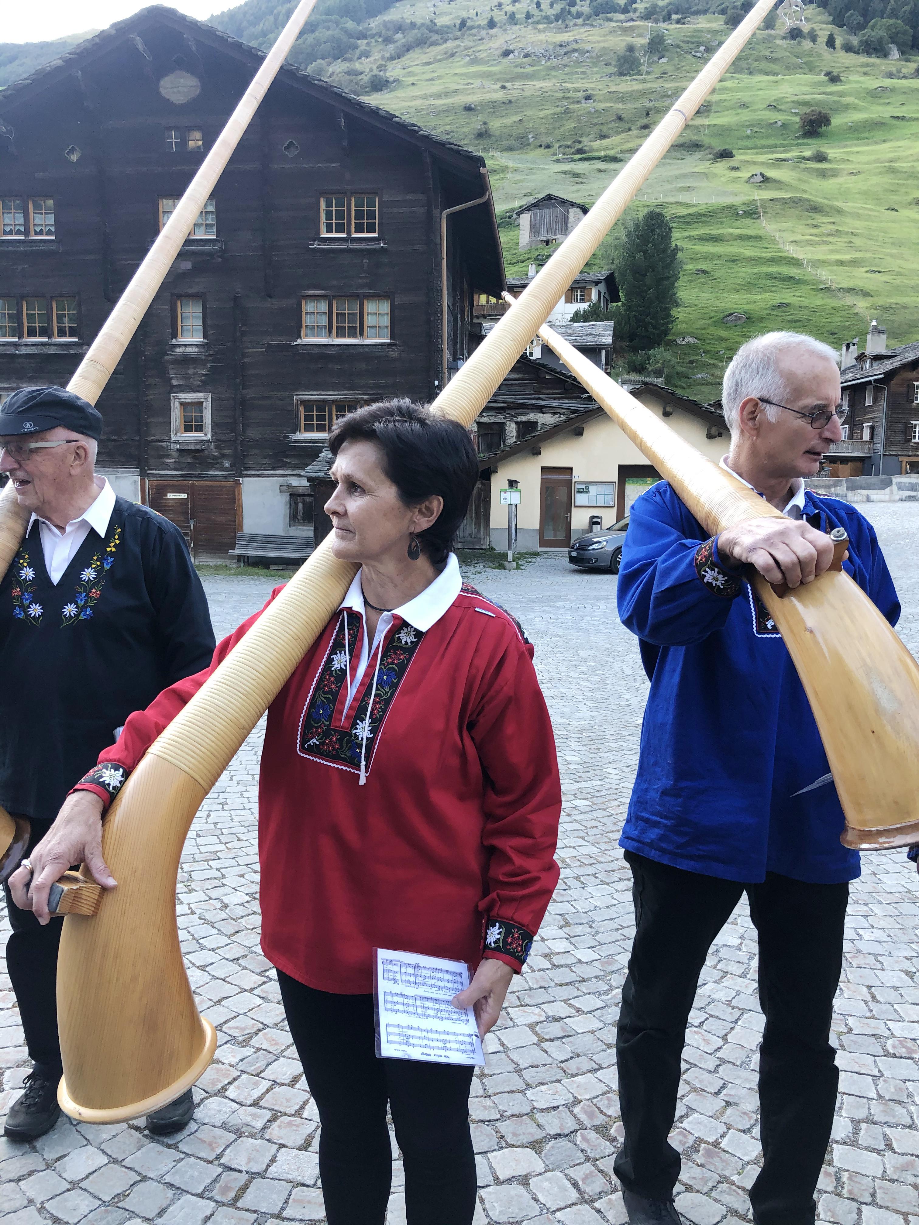 Die Mitglieder des Alphorngruppe in Vals pflegen die musikalische Tradition der Schweiz Foto: © Brigitte Klefisch