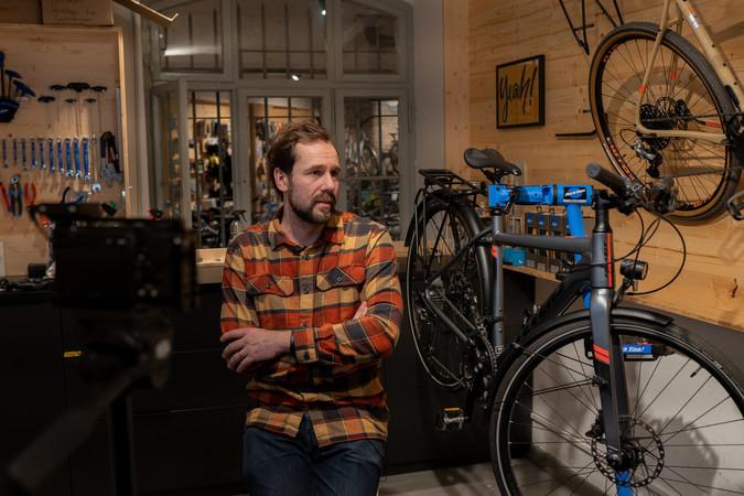 Tobias Schwabe beim Dreh für Mach deine Challenge neben einem Gravel Bike. Foto: © Verlagsanstalt Handwerk