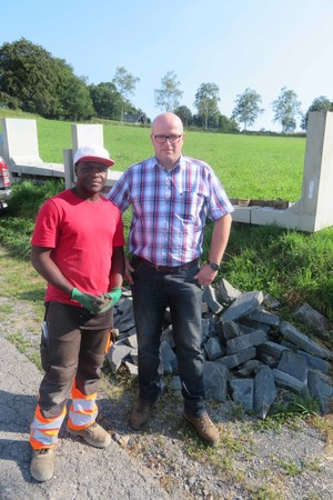 Johannes Trippe (r.) hofft, dass Aboubacar Titi Camara nach seiner Gesellenprüfung weiter bei der Franz Trippe GmbH arbeiten kann. Foto: © Bauverbände NRW e. V.