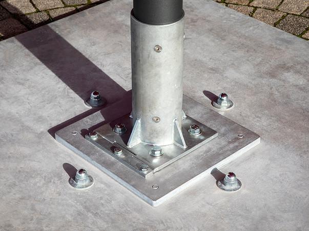 Einen sicheren Stand gewährleistet eine 450 Kilogramm schwere Stahlplatte, an welcher der Schirm fixiert wird. Foto: © Caravita