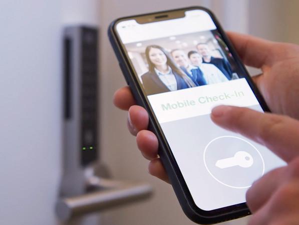 Bei SAG Smart Access sorgen elektronische Schließsysteme in Verbindung mit entsprechenden Apps dafür, dass Zutrittsberechtigungen z. B. mobil über cloudbasierte Systeme und Plattformen einfach und komfortabel organisiert werden können. Foto: © Schulte-Schlagbaum AG