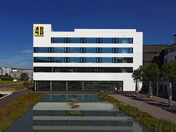 Der Hauptsitz von 4B in Hochdorf. Das Unternehmen beschäftigt etwa 680 Mitarbeitende in der ganzen Schweiz. Foto: © 4B