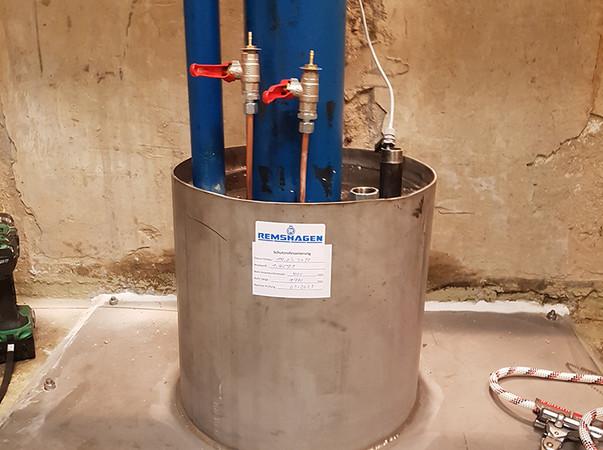 Saniertes Edelstahlerdschutzrohr mit integrierter Ringraumabdichtung zur permanenten Dichtheitsüberwachung. Foto: © Remshagen GmbH