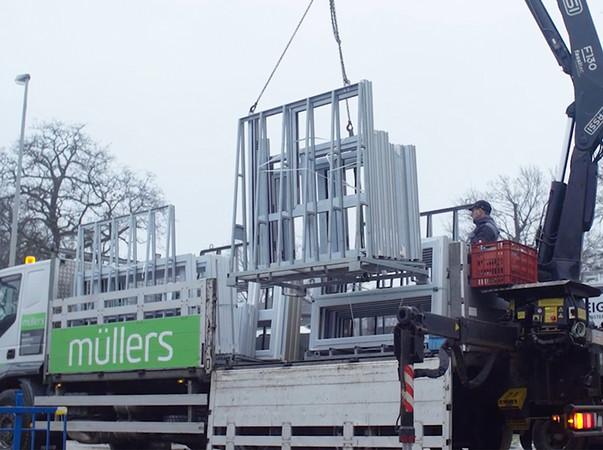 Der Fachbetrieb Rolladen Müllers GmbH & Co. KG hat die Fenster und Türen für die Kindertagesstätte gefertigt und montiert sie auf der Baustelle in Mönchengladbach. Foto: © Profine