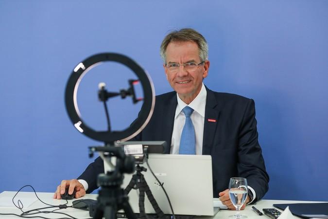 Andreas Ehlert vor seinem digitalen Equipment. Foto: © Hans-Jürgen Bauer