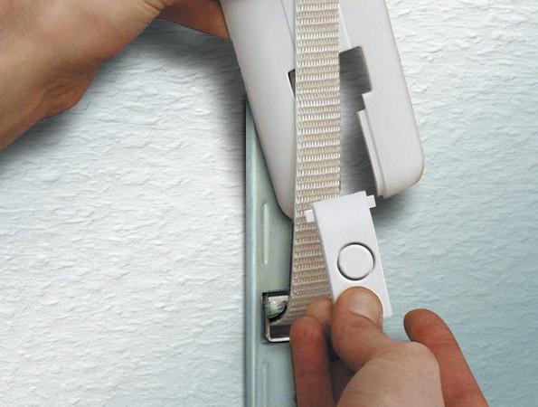 Die Montage der Abdeckplatte gelingt besonders einfach dank einer Zweiteilung der Abdeckung ohne Ausbau des Rollladengurtes. Foto: © Schellenberg Professional