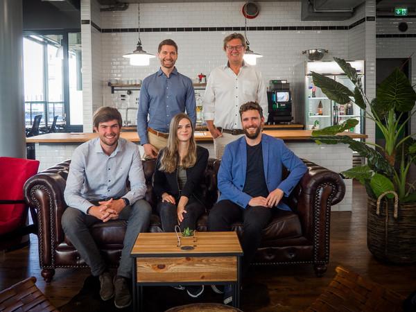 Das Kernteam von Sawayo: Benjamin Reif (hinten links), Andreas Wieczorke (hinten rechts), Bjarne Wilhelm (vorne links), Patricia Rolke (vorne Mitte) und Jannis Reuter. Inzwischen arbeiten rund 15 Mitarbeiter für das Unternehmen. Foto: © Sawayo GmbH