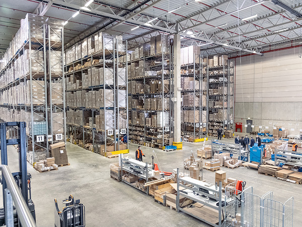 Von insgesamt 4.000 Quadratmetern Lagerfläche mit der Option zur Erweiterung kann Hueck in der neuen Lagerhalle profitieren. Foto: © Hueck