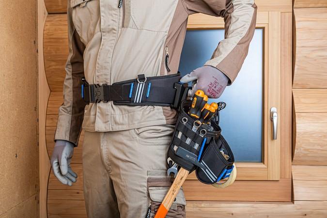 Per aktivem Knopfdruck können die Taschen mit einer Hand wieder gelöst werden. Foto: © Sortimo