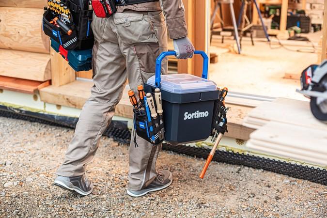 Taschen, die nicht sofort benötigt werden, können an der C-BOXX eingehängt werden. Foto: © Sortimo