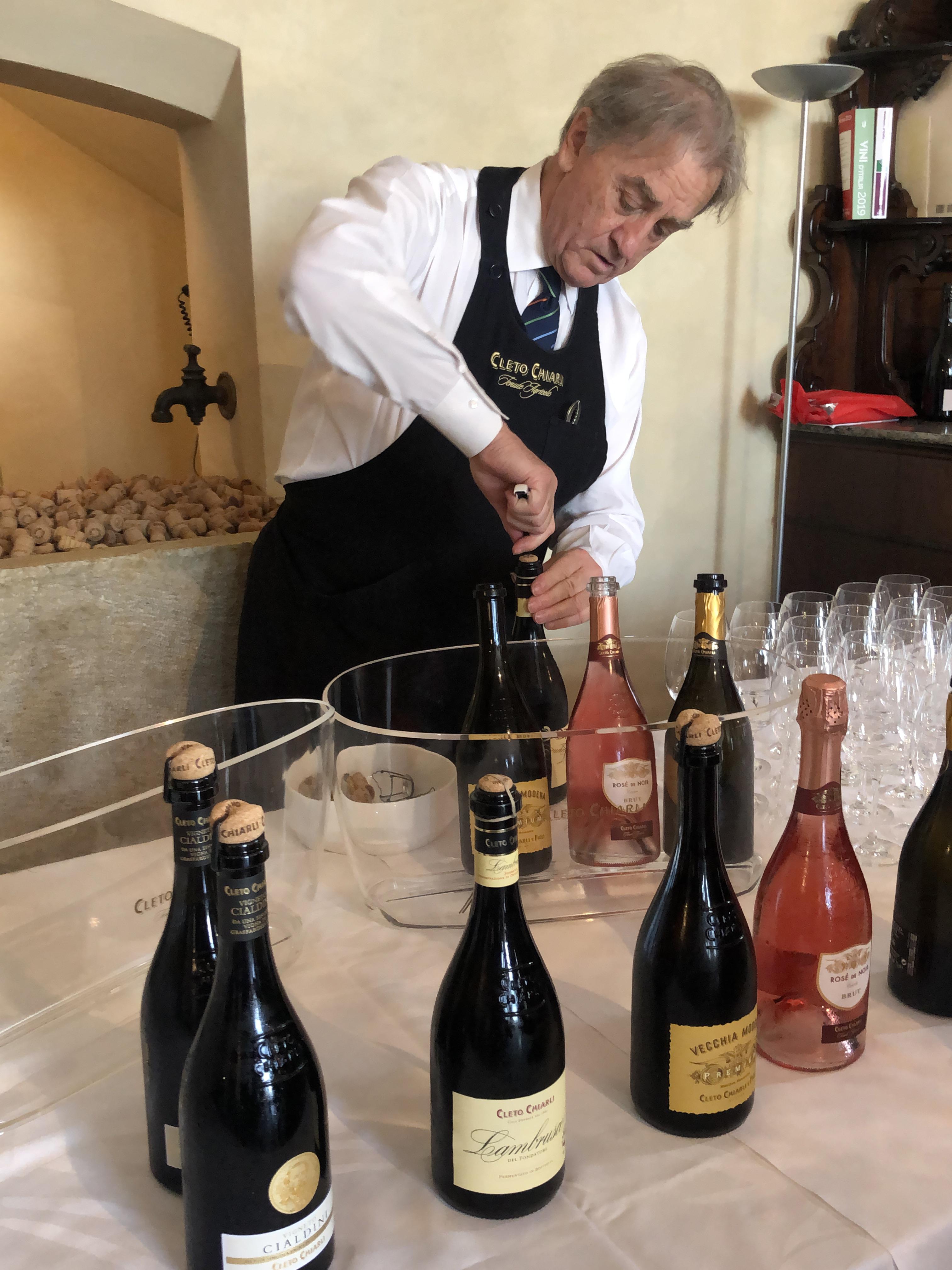 Die Vielfalt des perligen Lambrusco erleben Besucher bei einer Weinprobe auf dem Weingut Chiarli. Foto: © DHB