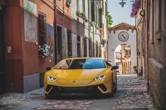 Ein Lamborghini schlängelt sich durch die malerischen Gassen in Modena. Foto: © Eros Maggi