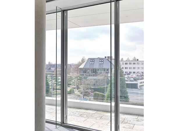 Beim Fassadensystem heroal C 50 GD wird die Ansichtsbreite der Fassade optisch durch den Einsatz eines Glaspfostens reduziert. Foto: © heroal