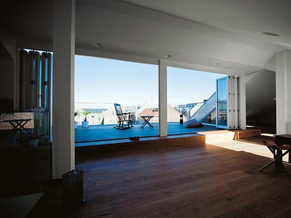 Die raffinierten Falttüren lassen sich im Handumdrehen auf ganzer Breite öffnen. Foto: © Lacuna / Frovin