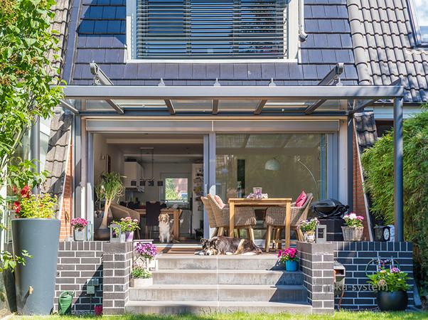 Per Dachschiebelüfter lässt sich die Glasfläche im Handumdrehen öffnen, so dass es auch unter hochsommerlicher Sonneneinstrahlung nie zum Hitzestau kommt. Foto: © Joka-System