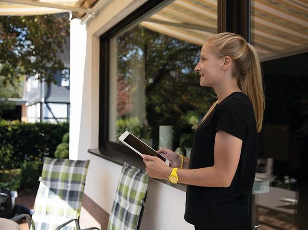 Der Markisenantrieb lässt sich in das Smart Home-System einbinden und per App steuern. Foto: © Schellenberg Professional