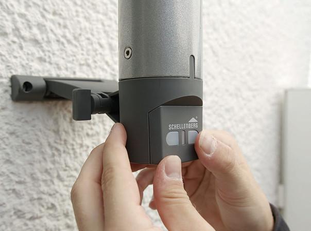Gesteuert werden kann auch direkt am Antrieb per Knopfdruck. Foto: © Schellenberg Professional