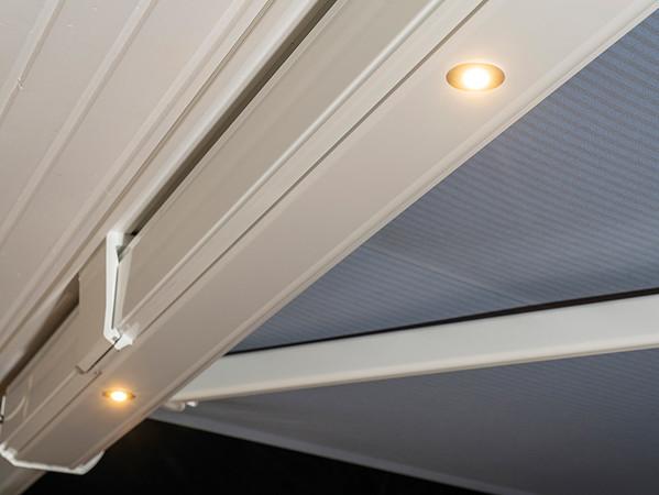 Bis zu sieben in das Bodenprofil integrierte LED-Spots sorgen für angenehmes Licht. Foto: © Nova Hüppe