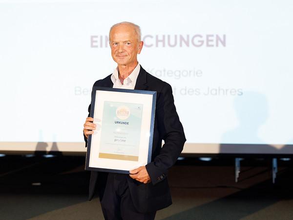Lorenz Schmidt von profine Austria präsentiert die Urkunde des WFK Award beim 2. Wiener Fensterkongress. Foto: © Peter Griesser / Interconnection Consulting