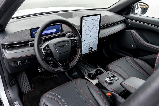 Der riesige Touchscreen schaltet selbsttätig um. Foto: © Ford