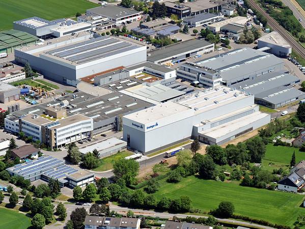 Nufringen in Baden-Württemberg ist der Hauptsitz des Kunststoffverarbeiters Ensinger. Der produzierenden Industrie kommt eine Schlüsselrolle bei der Eindämmung des Klimawandels zu. Foto: © Ensinger GmbH