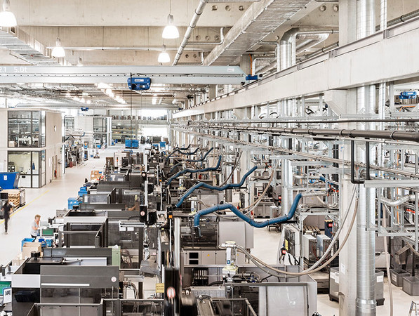 In Rottenburg-Ergenzingen befindet sich das größte Spritzgusswerk der Ensinger Gruppe. Die Maßnahmen zur Reduktion des CO2-Ausstoßes setzen beim Energiemanagement und bei den Materialressourcen an. Foto: © Ensinger GmbH
