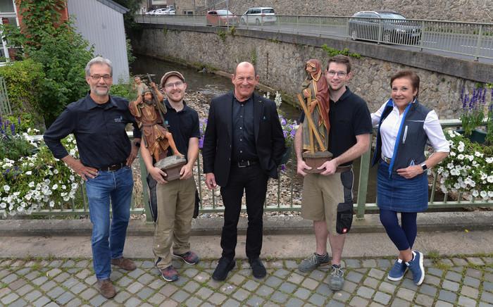 Olaf Lütten, Maruis Hautkappe, Eduard Brammertz, Tom Karst und Alice Brammertz (v. l.) mit zwei Figuren, die aus der Kirche gerettet wurden. Foto: © Andreas Schmitter