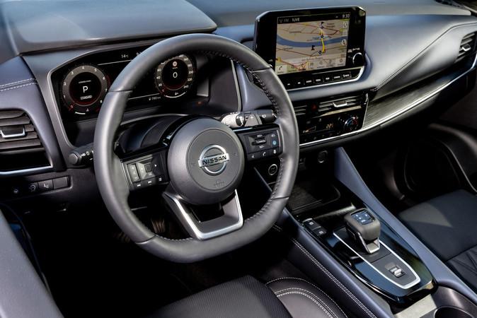 Lobenswert: Im Innenraum gibt es noch reichlich klassische Schalter. Foto: © Nissan