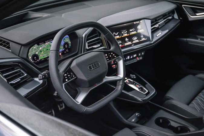 Neben dem virtuellen Cockpit befindet sich der Touchscreen. Er lässt sich einfach bedienen, da nicht alle Funktionen in den Monitor gepackt wurden. Foto: © Audi