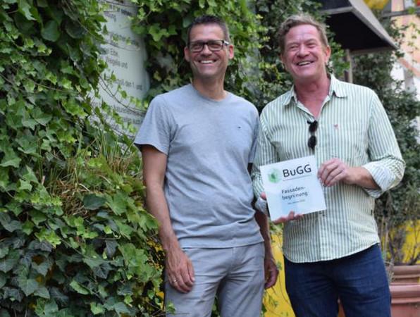 BuGG-Präsident Dr. Gunter Mann (links) überreicht dem Sieger Andreas Lichtblau die Siegerplakette. Foto: © Bundesverband GebäudeGrün