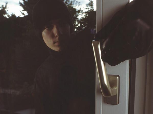 Bei über der Hälfte aller Einbrüche werden Türen und Fenster innerhalb weniger Sekunden aufgehebelt. Foto: © Nicht bei mir!