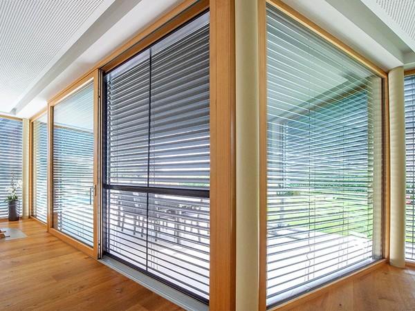 Für Wohnzimmer, Home Offices und Küchen eignen sich Raffstoren besonders gut. Foto: © Valetta