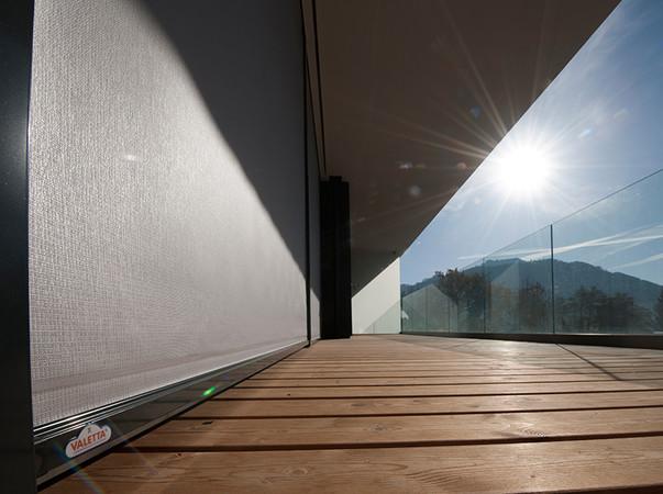 Senkrechte Zip-Fenstermarkisen können vor allem mit ihrer Vielfältigkeit punkten. Foto: © Valetta