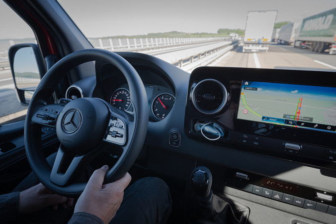 Der Mecedes-Benz Sprinter 315 CDI Kastenwagen Standard, hier mit der Multimediaeinheit MBUX. Foto: © Martin Bärtges