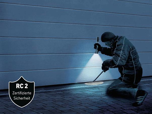 Beim RC2-Standard muss ein Tor einem Einbruchsversuch von insgesamt drei Minuten mit Werkzeugen wie Schraubendreher, Zange und Keilen standhalten. Foto: © Teckentrup