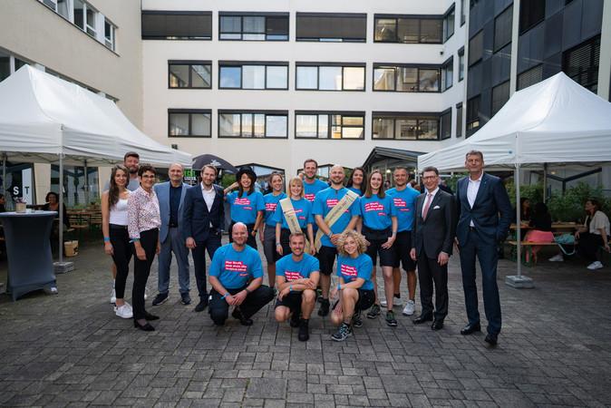 Teilnehmer mit Jurymitgliedern Foto: © Marvin Evkuran
