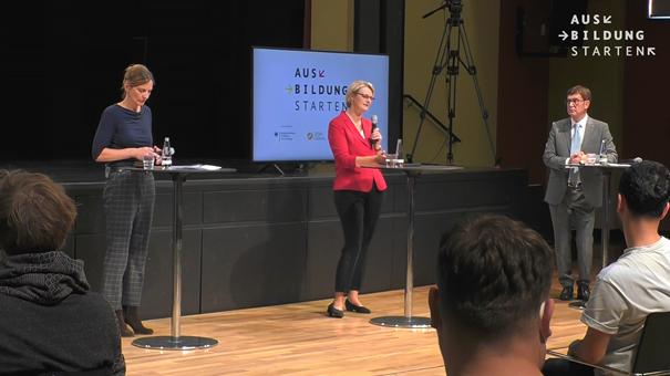 Nihat Sorgec (r.) im Dialog mit Bundesbildungsministerin Anja Karliczek (M.) Foto: © Screenshot Livestream BMBF