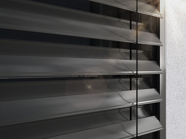 Smarte Außenjalousien erhalten ein Höchstmaß an Windstabilität durch die Montage in der Laibung mit Führungsschienen, wodurch ihnen auch kräftigere Böen nichts anhaben können. Foto: © Warema