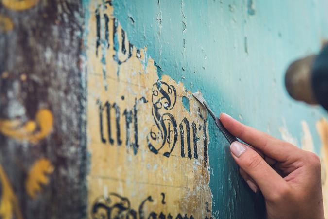 Beim DenkmalCamp der Sto-Stiftung legten die Teilnehmer Bibeltexte in Kaseinmalereien frei. Foto: © Sto-Stiftung