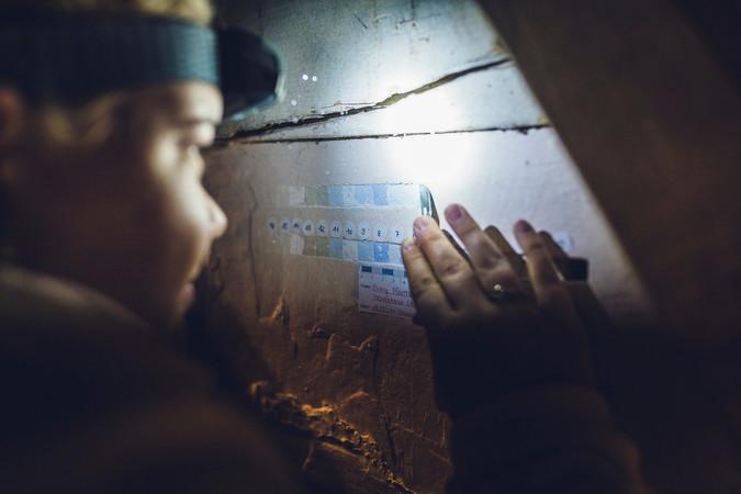 Beim DenkmalCamp der Sto-Stiftung erstellten die Maler-Azubis Treppenschnitte, um festzustellen, wie viele Schichten Farbe im Laufe der Jahrhunderte aufgebracht wurden. Foto: © Sto-Stiftung