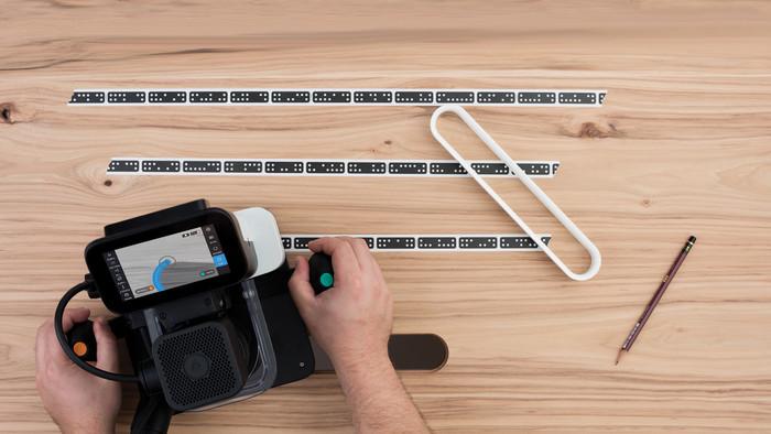 Arbeitsfläche mit dem Shaper-Tape einscannen, Design platzieren und losfahren. Der programmierte Fräspfad ist nicht auf dem Werkstück, sondern nur im Display der Origin zu sehen. Augmented Reality macht's möglich. Foto: © Shaper Tools GmbH