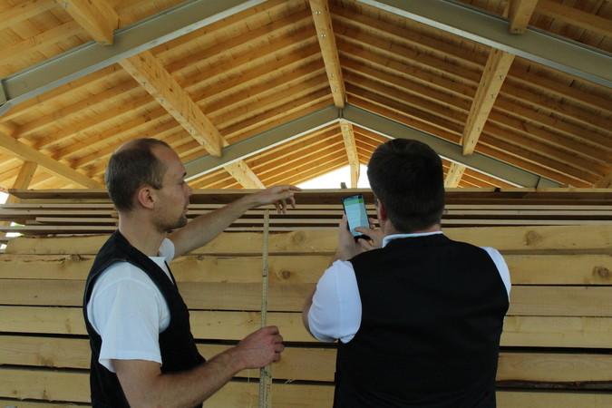 Über die App auf dem Smartphone können die Mitarbeiter ihre Stunden und zusätzlichen Materialverbrauch eintragen. Foto: © Digiholz UG
