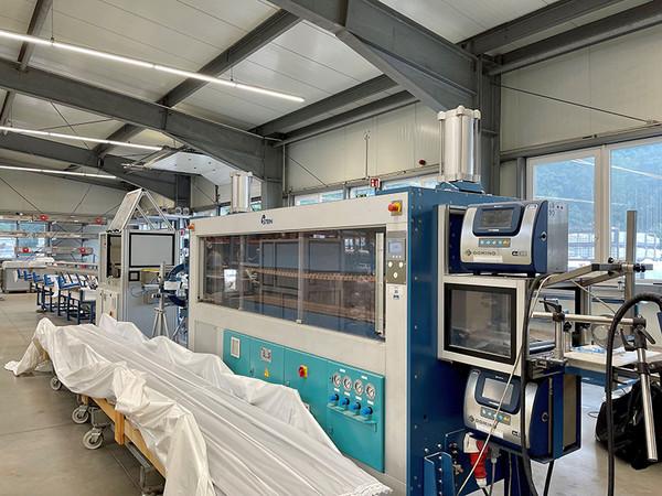 : Die beiden neuen Extrusionsanlagen von SLS verfügen über maßgeschneiderte Nachfolgeeinheiten (Bild) für die Kalibrierung, den Abzug und das Cutting der Profile. Foto: © SLS Kunststoffverarbeitungs GmbH & Co. KG
