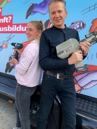 Katrin Fuss und Alex Stamos von SHK Stamos in Grevenbroich freuten sich über den Besuch des Mottotrucks. Foto: © W. Meyer