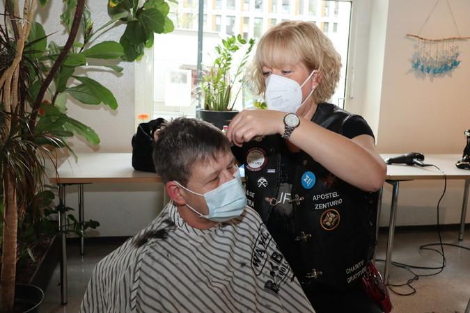 Petra Geldermann ist aus dem Münsterland nach Düsseldorf gefahren, um Obdachlosen und Bedürftigen die Haare zu schneiden. Foto: © Kirsten Freund